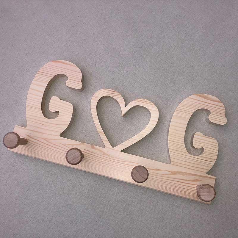 Holzgarderobe mit Herzsymbol