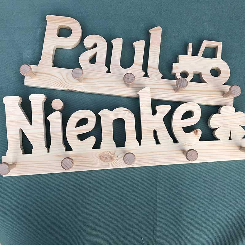 Holzgarderobe Paul mit Trecker und Nienke mit Kleeblatt