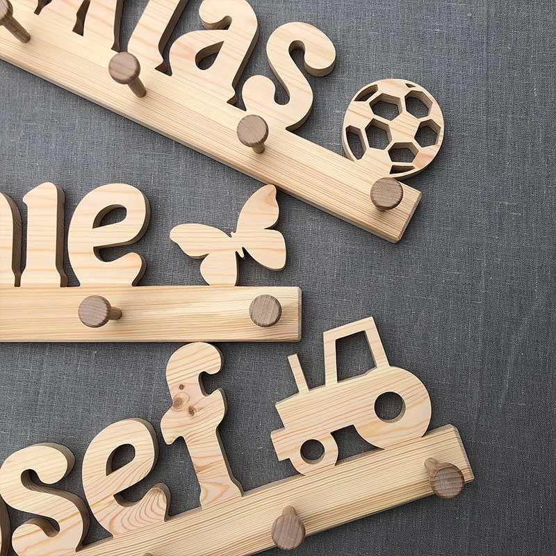 Holzgarderobe mit Symbol